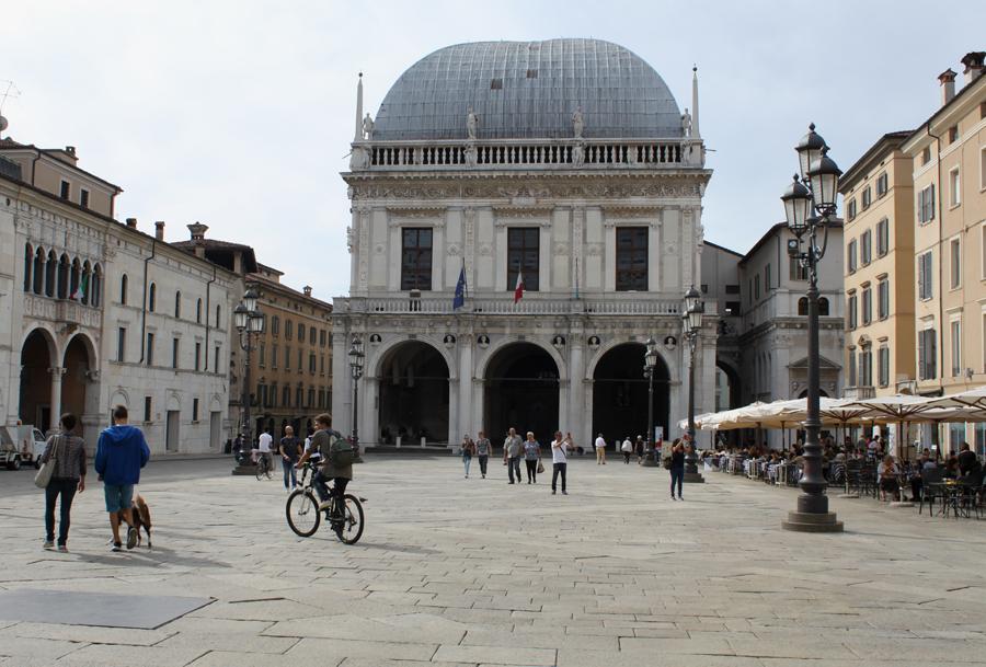 brescia-piazza-de-la-loggia-foran-raadhuset