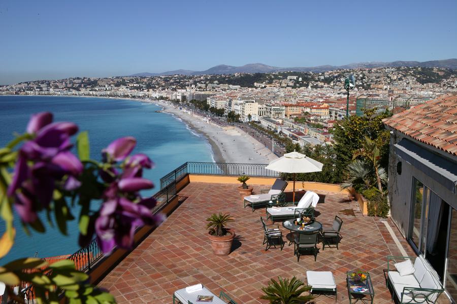 Kig til hav og promenade fra Hotel La Pérouse