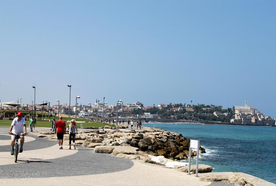 Lang og bred strandpromenade i Tel Aviv